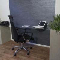 Atypický pracovní stůl se skleněnou deskou